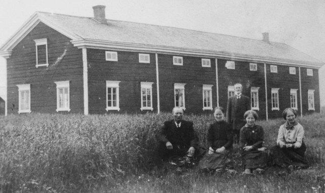 Harva on Lapin kullalla rikastunut, mutta monelle se on tuonut tarpeellista lisäansiota. Yksi rikastuneista saattaa olla Rovaniemen eteläpuolella Kemijkoen rannalla asuva Ruikan kylä ja kuvassa näkyvän talon kerrotaan olevan Ivalojoen kullalla rakennettu. Tämä talo jaettiin myöhemmin kolmeksi suureksi taloksi, jotka ovat vieläkin jäljellä.
