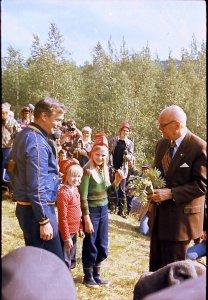 Kutturan tytöt ja Martti Hanhivaara tervehtivät presidenttiä Kultalan pihalla kimpulla pihlajankukkia kesällä 1977.