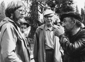Viljo Mäkipuro keskellä kuuntelee Keurulaisen Villen neuvoja, jotka kohdistuvat partasuuhun toimittajaan. Takana kurkistaa Pete Petelius ja paikka on Tankavaara 1980-luvun puolivälissä. Kuva on Arvo Tiera Ruonaniemen.