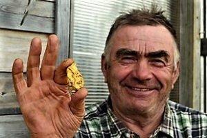 Onnellinen löytäjä ja 191,1 gramman kultahippu.