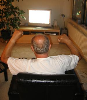 Mann guckt TV | morguefile vicky53