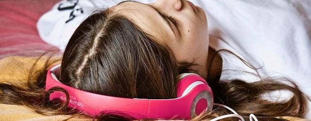Mädchen liebt Hörbücher. @pixabay.com