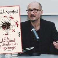 Rezension zu Heinrich Steinfests Roman »Das Leben und Sterben der Flugzeuge«