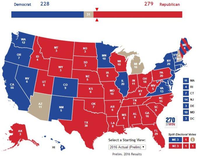Diese Karte zeigt wenigstens die Kürzel der Staaten und die Zahl ihrer Elektoren. Ausserdem sieht man, dass zwei Tage nach der Wahl drei Staaten (grau) noch nicht fertig ausgezählt sind  und dass die Stimmen in Maine (gestreift) gesplittet werden (3 Dem. / 1 Rep.).