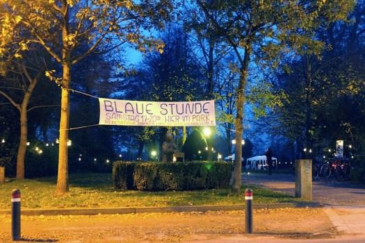 Banner der Veranstaltung zwischen zwei Bäumen vor dem Ratspiekerpark in Bremen Borgfeld
