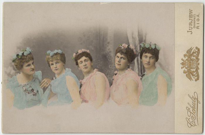 Студенты, переодетые девушками для театральной постановки, ок. 1897 г.
