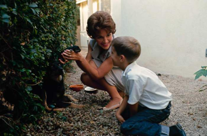 Нэнси Рейган и ее сын Рон-младший в Pacific Palisades, Калифорния, 1965 год.