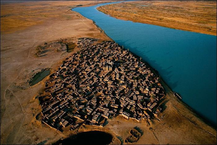 Деревня в центральной части Мали, основанная в XIX веке.