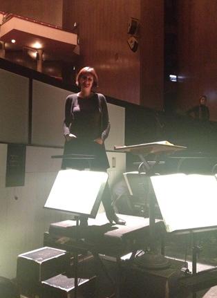 Ulrike Schmid im Orchestergraben der Dortmunder Philharmoniker