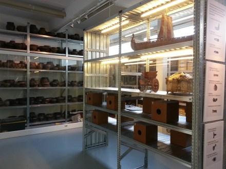 Das Archäologische Museum Hamburg gibt in der Ausstellung einen Einblick in ein Depot. - Manche Menschen sehen nur Objekte, ich frage mich, welche Geschichten verbergen sich dahinter?