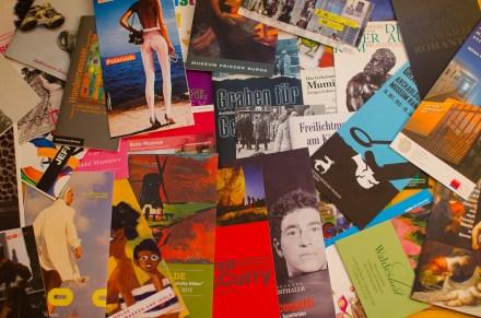 Kleine Auswahl an Faltblättern von Ausstellungen der vergangenen Jahre. Für viele nehme ich weite Wege in Kauf, leider schaft man es trotzdem nicht immer, sich alle anzusehen.