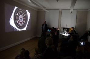 Wasserkunst Elbinsel Kaltehofe. Eine beeindruckte Präsentation: Performance von Sven Meyer. Er macht Klänge sichtbar.