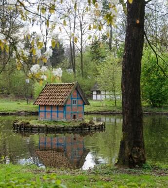 Kleines Entenhaus auf dem Teich im Museumsdorf Cloppenburg. Foto: Wera Wecker
