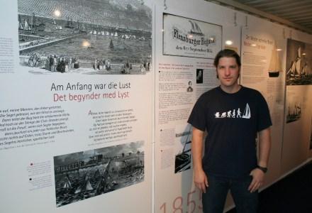 Vincent Büsch in seiner Segel-Ausstellung im Flensburger Schifffahrtsmuseum.  Bild: Flensburger Schifffahrtsmuseum.