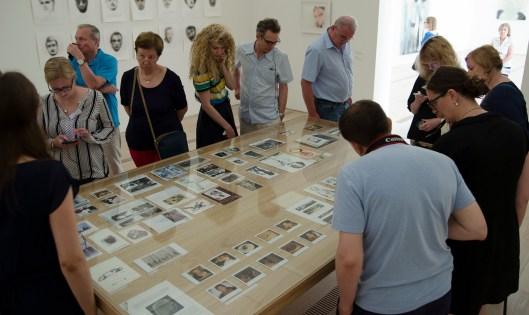 Das Innerste der Ausstellung: der Vorlagentisch