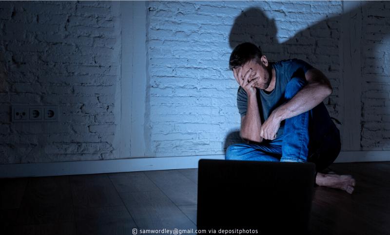 Sozialer Druck: Mann am Laptop (Bild: samwordley@gmail.com via depositphotos, CC0, no changes – keine Änderungen)