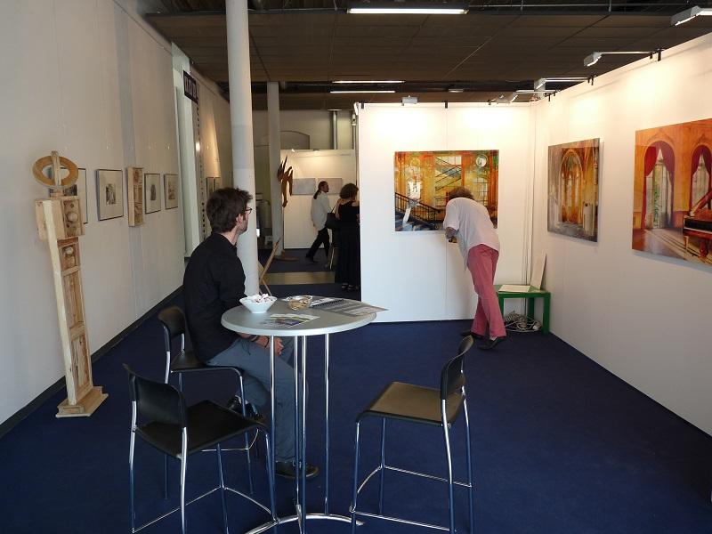 Linker Bereich des Messestandes der KunstGalerieHans auf Kunstmesse Neue Art 16