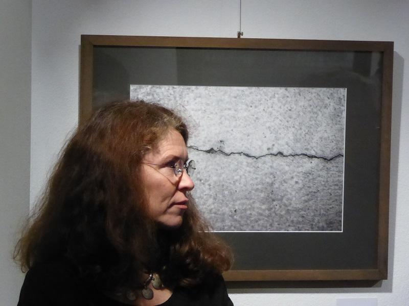 Mimi Wilden vor Foto bei Vernissage KunstGalerieHans
