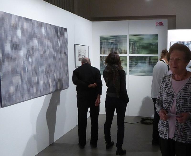 Besucher am Stand der KunstGalerieHans auf der Kunstmesse Leipzig