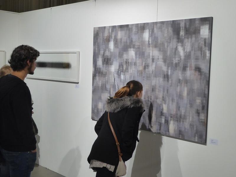 """Interessierte vor der Digitalgrafik """"Asphalt"""" von Franz Erhard auf der Kunstmesse Leipzig"""