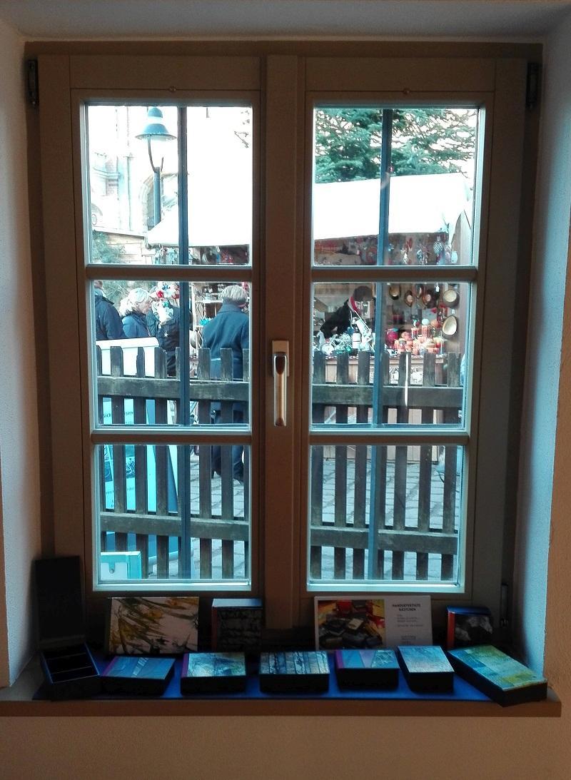 Blick aus der KunstGalerieHans auf den Loschwitzer Weihnachtsmarkt, im Vordergrund Kästchen von Ursula Schlesing