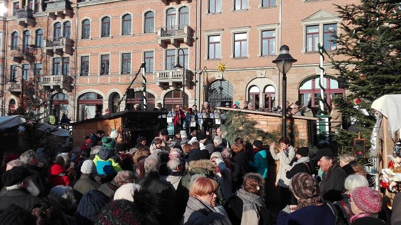 Eröffnung des Loschwitzer Weihnachtsmarkts vor der KunstGalerieHans