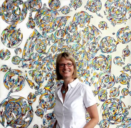 Anja Kaufhold vor eigenem Kunstwerk