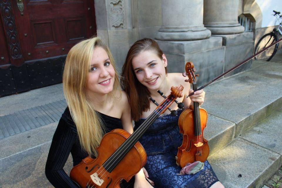 Charlotte Thiele (r., Geige) und Luz Elisabeth Sanchez Suero (l., Bratsche)
