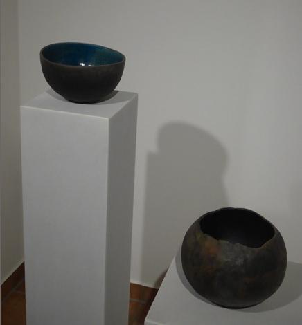Mimi Wilden - Ton-Schalen in der KunstGalerieHans