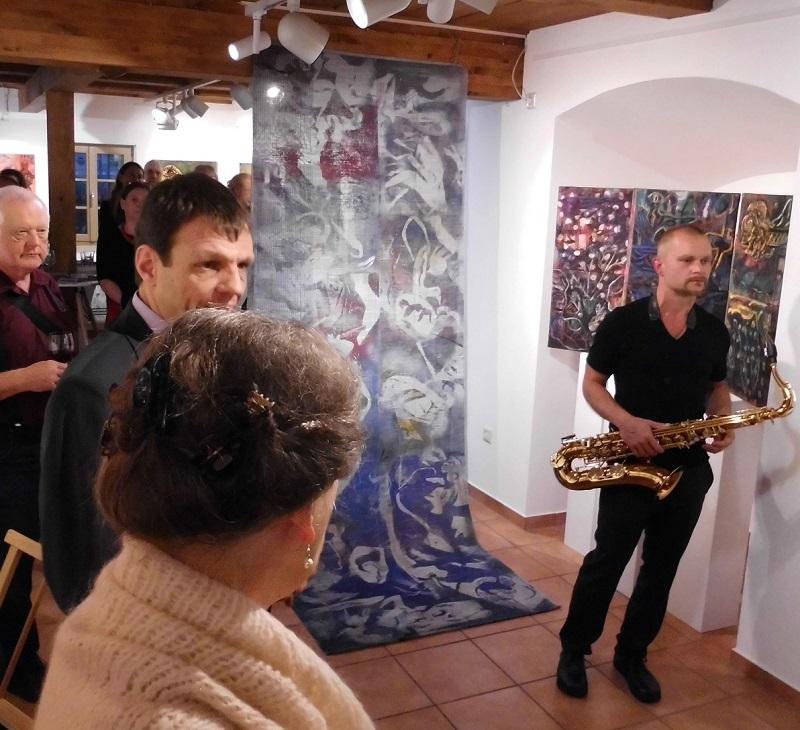 Vernissage Danjana Brandes in KunstGalerieHans -  Musiker während Laudatio