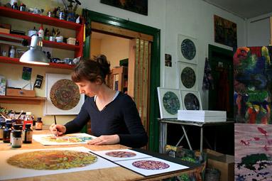 Danjana Brandes bei künstlerischer Arbeit