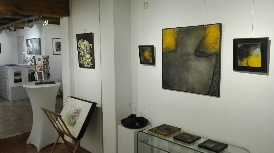 KunstGalerieHans - Frühlingsklang 2020 Arbeiten von Katrin Meißner (rechts), Reza Reza (Mitte) und DigitArt von Thomas Went im Hintergrund
