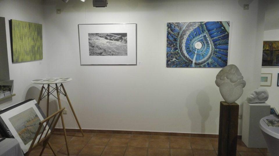 KunstGalerieHans - Kunstwerke Franz Erhard, Michael Kirsch, Hassan Richter (Wand v.l.n.r.), Skulpturen Reinhard Pontius