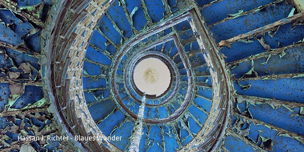 Hassan J. Richter - Blaues Wunder (Fotografie 2019) - Das Bild stellt ein Treppenhaus mit Wendeltreppe dar