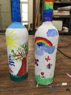 Flaschen, Würfel und ein Hase