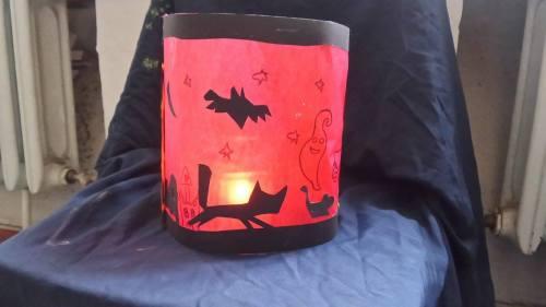 Der Kinderkurs baut Halloween-Lampions