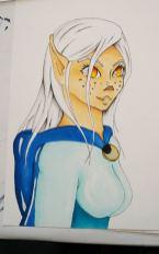 Mangagirl mit Elfenohren, leicht dämonenhaft mit weißem Haar und orangenen Augen.