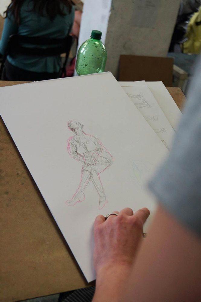 Bleistiftskizze mit Buntstiftkorrektur, sitzender Akt