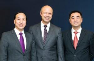 Freuen sich über den Vertrag zum Eigentümerwechsel der KraussMaffei Gruppe: Ting Cai, Chairman und CEO der China National Chemical Equipment Co. Ltd. (CNCE), Dr. Frank Stieler, CEO der KraussMaffei Gruppe, und Chen Junwei, CEO von ChemChina Finance Co. Ltd.   Foto: KrausMaffei