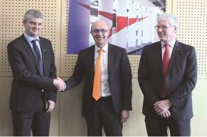 Von links nach rechts: Xavier Lucas (President Yaskawa France), Jean-Michel Renaudeau (Directeur Général Sepro Group) und Manfred Stern (President & CEO Yaskawa Europe).   Foto: Yaskawa