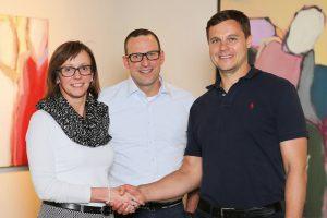 Bettina Steuber (CFO PSG) und Udo Fuchslocher (CEO PSG) freuen sich gemeinsam mit Guntram Meusburger (CEO Meusburger) auf die erfolgreiche Zusammenarbeit.   Foto: Meusburger
