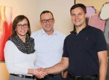 Bettina Steuber (CFO PSG) und Udo Fuchslocher (CEO PSG) freuen sich gemeinsam mit Guntram Meusburger (CEO Meusburger) auf die erfolgreiche Zusammenarbeit. | Foto: Meusburger