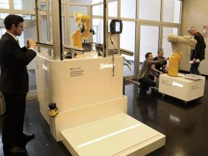 In der begleitenden Fachausstellung wurde die neue Robotergeneration TX2 präsentiert, Roboter für alle Stufen der Mensch-Roboter-Kollaboration.   Foto: Stäubli