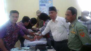 H. Samsu, Kades Tegal Lega Kecamatan Cigudeg memantau kegiatan khitanan massal yang ia selenggarakan pada hari Minggu (24/1)