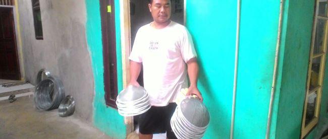 JUmhari, pengrajin serokan dari Tanah Sareal, Bogor, menunjukkan hasil kerajinannya (dok. KM)