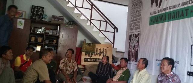 Petani ikan yang tergabung dalam PPIKADP mengadukan kasus mereka ke Walhi Jawa Barat, Selasa 14/6 (dok. KM)