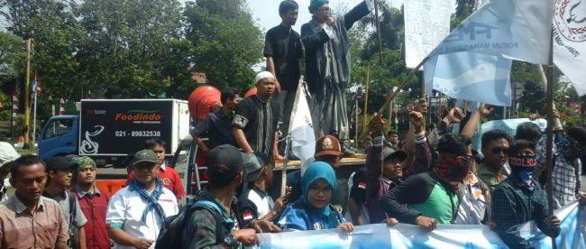 Warga yang tergabung dalam Aliansi Masyarakat Penyelamat Bogor (AMPB) berunjuk rasa di depan kompleks pemda Bogor, Cibinong 1/9 (dok. KM)
