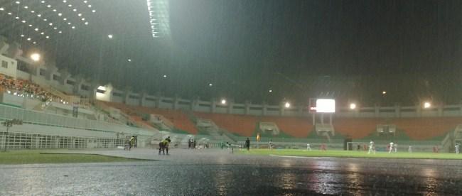 Pertandingan sepakbola antara tim Jawa Barat vs Jawa Tengah pada PON XIX di stadion Pakansari, Bogor (dok. KM)