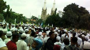 Massa yang berpartisipasi dalam demo dan long march anti Gubernur DKI Jakarta Ahok bergerak selepas melaksanakan shalat Jumat di Masjid Istiqlal (dok. KM)