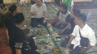 Anggota DPRD Jawa Barat Asep Wahyuwijaya berdialog dengan para mahasiswa dan aktivis dalam acara saba warga (dok. Dian/KM)